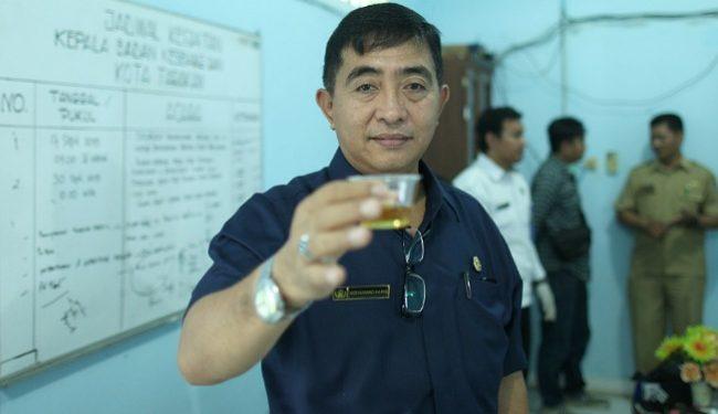 Kepala Badan Kesbangpol Muhammad Haris Menunjukan Urine Untuk Dites BNNK Tarakan, Senin (26/11). Poto: Istimewa