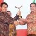 SELAMAT : Sekprov Kaltara, H Suriansyah menerima trofi penghargaan dari Pemimpin Redaksi Gatra TV, Guritno di ICC Bogor, Minggu (1/12) malam. Poto: Humas Provinsi Kaltara