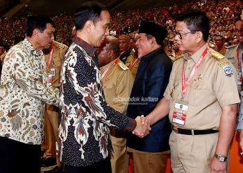 SINERGI : Gubernur Kaltara, Dr H Irianto Lambrie saat berbincang dengan Presiden RI Joko Widodo, baru-baru ini.Poto : Humas Provinsi Kaltara