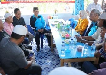 KOMUNIKATIF : Gubernur Kaltara, Dr H Irianto Lambrie saat berbaur dan berbincang dengan warga Nunukan di sela kunjungan kerjanya, belum lama ini.Poto: Humas Provinsi Kaltara