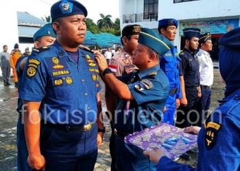 Kepala KSOP Kelas III Tarakan Agus Sularto Menyematkan Tanda Secara Simbolis Kepada Personel Posko Nataru 2020, (18/12). Poto: Ari / fokusborneo.com