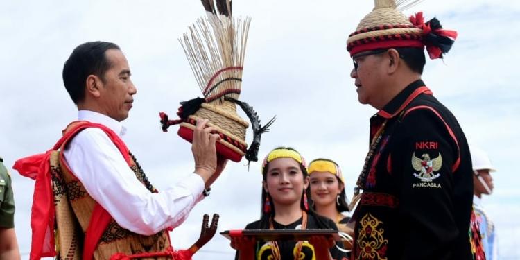 Kunjungi Krayan, Nunukan, Presiden Jokowi Dianugerahi Gelar Adat Dayak Lundayeh (19/12). Foto: Muchlis Jr - Biro Pers Sekretariat Presiden