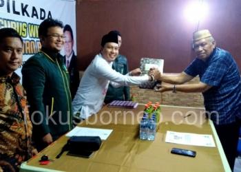 Bacalon Gubernur Kaltara Udin Hianggio Menyerahkan Berkas Pendaftaran di Desk Pilkada DPW PKB Kaltara (22/12). Poto: ari / fokusborneo.com
