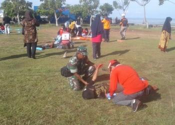 simulasi penyelamatan diri dari tsunami dan gempa masyarakat pantai amal diberikan penyuluhan dan pelatihan tanggap bencana. Poto : Doc. Babinsa Koramil dim 0907/Trk
