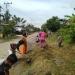 Sertu Supriadi, anggota Koramil 0907/01 Tartim dan Warga Binaan Melaksanakan otong Royong Membersihkan Parit. Poto:Doc Pendim 0907/Trk