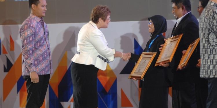 Umi Suraidah terima Penghargaan dari Kemendikbud. Poto: Istimewa