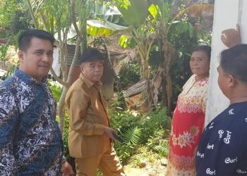 Anggota Komisi 3 DPRD Tarakan Meninjau Rumah warga RT 20 Pamusian yang Terancam Longsor. (9/12). Poto: Slamet / fokusborneo.com