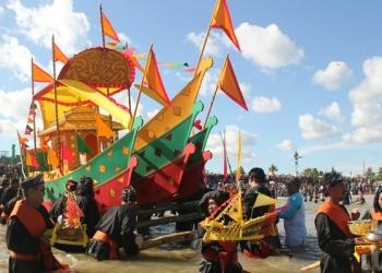 Prosesi Penurunan Padaw Tuju Dulung Dalam Festival Buday Iraw Tengkayu ke X Kota Tarakan (22/12). Poto: fokusborneo.com