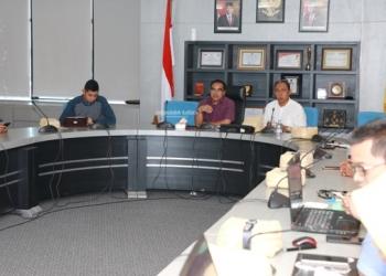 PERCEPATAN KBM : Sekprov Kaltara, H Suriansyah saat memimpin rapat percepatan pembangunan KBM, baru-baru ini. Poto: Humas Provinsi Kaltara