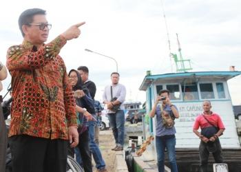 PAJAK DAERAH : Gubernur Kaltara, Dr H Irianto Lambrie saat meninjau aktivitas bongkar muat di Pelabuhan Tengkayu I, belum lama ini. Poto : Humas Provinsi Kaltara