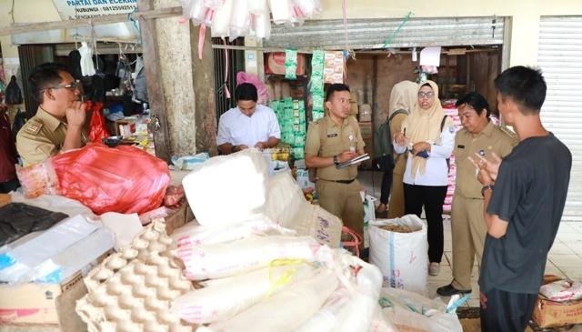 PANTAUAN : Tim pemantauan dan pengecekan harga bahan pokok DPKP Kaltara saat melakukan sidak di Pasar Induk, Tanjung Selor, Senin (6/1). Poto : Humas Provinsi Kaltara