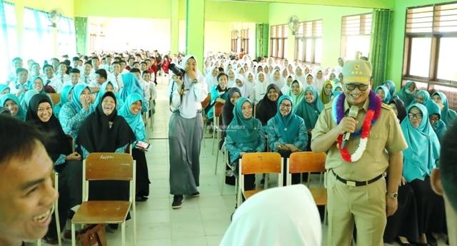 PENDIDIKAN : Gubernur Kaltara, Dr H Irianto Lambrie saat berbaur dengan pelajar dari salah satu sekolah di Kaltara, belum lama ini. Poto: Humas Provinsi Kaltara
