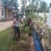 Babinsa Koramil 0907/02 Tarteng Serma Sinaga melaksanakan kegiatan kerja bakti bersama warga membersihkan kanan kiri jalan diwilayah binaan . Poto :Doc.Babinsa Dim 0907/Trk