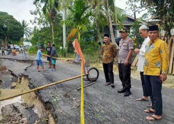 Plt Camat Tarakan Timur (Kopyah Hitam) Kapolres dan Anggota DPRD Tarakan Tinjau Lokasi Jalan Longsor. Poto: Istimewa