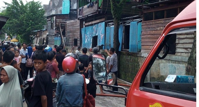 Kebakaran Ruko Gusher Tarakan, Petugas PMK Tarakan Padamkan Api dari Berbagai Sisi, (13/1). Poto: PMK Tarakan