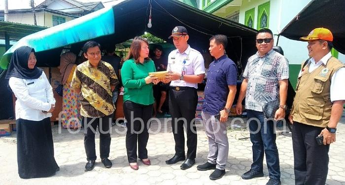 Turut Perihatin Musibah Kebakaran di Tarakan, DPRD Tarakan Serahkan Bantuan, (22/1). Poto : Ari / fokusborneo.com