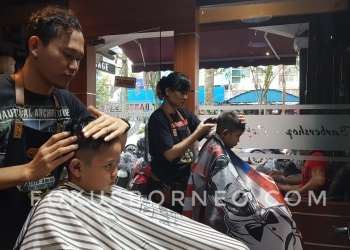 Akhir Libur Sekolah Aldys Babershop Ramai Pengunjung Potong Rambut (5/1). Poto: slamet / fokusborneo.com