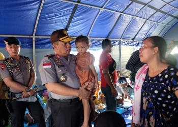 Kapolda Kaltara Brigjen Pol Indrajit Gendong Salah Satu Anak Korban Kebakaran Pasar Batu Sebengkok Tarakan di Posko Pengungsian (21/1). Poto: Istimewa