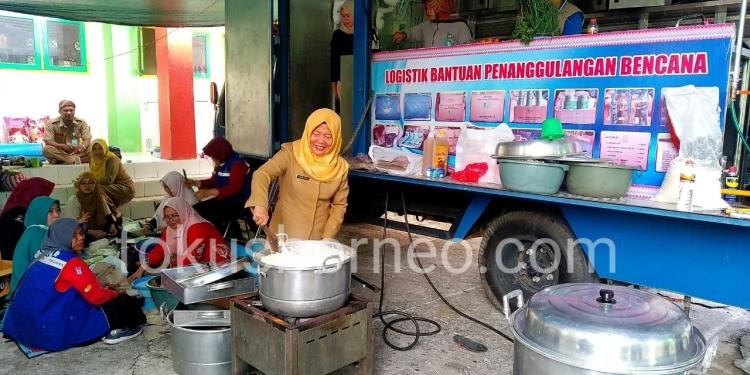 Mariyam Kadis Sosial dan Pemberdayaan Masyarakat Saat Mengolah Makana di Dapur Umum Posko Bencana (21/1). Poto: Ari / fokusborneo.com