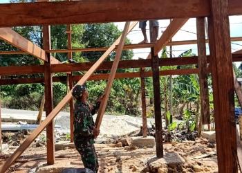 Serda M.Arifin Babinsa Koramil 0907/01 Tartim,yang membantu Warganya membangun rumah disela - sela waktu Komsosnya. Poto : Doc. Babinsa Kodim 0907/Trk