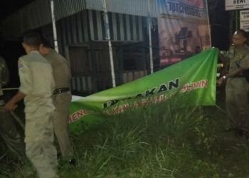 Satpol PP Tarakan Turunkan Spanduk Tak Berijin di Kota Tarakan. Poto: Istimewa