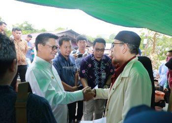 KEPEDULIAN : Gubernur Kaltara, Dr H Irianto Lambrie saat menyalurkan bantuan tunai kepada warga korban dan terdampak kebakaran di Tarakan, Jumat (14/2) siang. Foto Humas Provinsi Kaltara