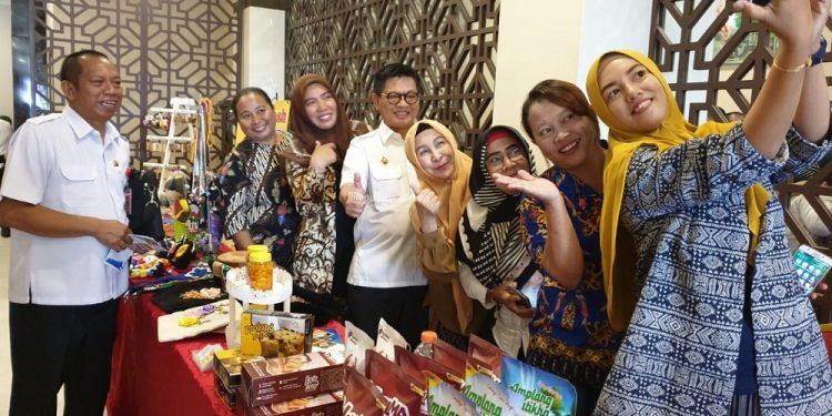 KEMBANGKAN IKM : Gubernur Kaltara, Dr Irianto Lambrie mengunjungi gerai UMKM usai Rakortek Perindagkop-UKM di Lotus Panaya Hotel, Rabu (25/2).Poto : Humas Provinsi Kaltara