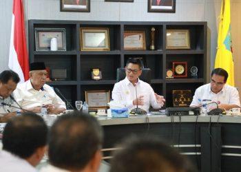 RAPAT STAF : Gubernur Kaltara, Dr H Irianto saat memimpin rapat staf di ruang pertemuan lantai 1 Kantor Gubernur Kaltara, Rabu (5/1) sore. Foto : Humas Provinsi Kaltara