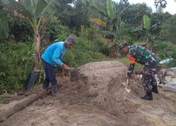 Serka Joko membantu menimbun dan meratakan tanah untuk akses jalan dirumah salah satu warga binaannya di JL.Sesayap RT.13 Kel.Kampung empat Kec.Tarakan Timur. Foto : Doc Babinsa Dim 0907/Trk