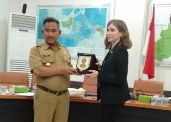 Tukar Plakat, Walikota Tarakan Khairul dengan Wakil Atase Kedubes USA. (3/2). Poto: Istimewa