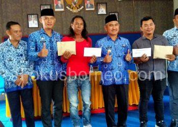 Walikota Tarakan Khairul Simbolis Serahkan Santunan Untuk Korban Kebakaran Lingkas Ujung dan Selumit. Poto: Fokusborneo.com