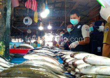 Petugas Lakukan Uji Parameter Ikan di Salah satu Pasar di Tarakan (24/2). Poto: fokusborneo.com