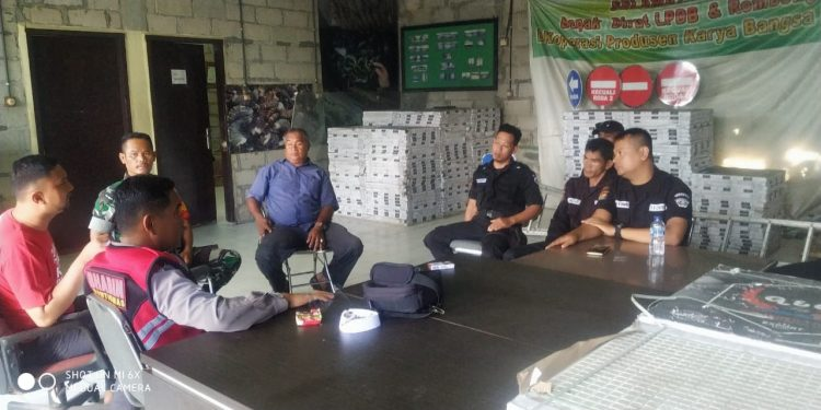 Serka Jarot mendatangi pos satuan pengamanan (satpam) pusat perbelanjaan Ramayana (ghuser) Di jalan Gajah Mada  RT 03 kelurahan Karang Rejo. Foto : Doc Babinsa