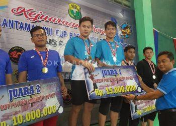 Danlantamal XIII Tarakan serahkan piala kepada juara.