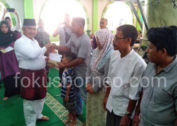 Walikota Tarakan Khairul Serahkan Santuan kepada Korban Kebakaran Pasar Batu Sebengkok (2/2) Poto: Fokusborneo.com