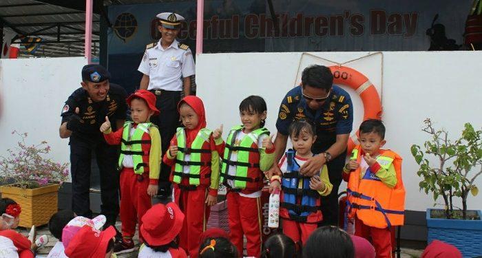 Anak-anak Paud Mencoba Alat Keselamatan Berlayar Baju Pelampung. Poto: Istimewa