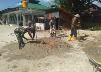 Babinsa Koramil 0907/01 Tartim Sertu Supriadi bersama masyarakat binaannya yang melaksanakan karya bakti membuat pondasi pagar masjid Al Fajar di RT. 05 Kel. Mamburungan. Poto : Doc. Babinsa