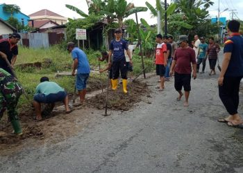 Babinsa Koramil 0907/03 Tarbar yang melaksanakan kerja bakti bersama masyarakat diwilayah binaan masing-masing. Foto : Doc> Babinsa Dim 0907/Trk