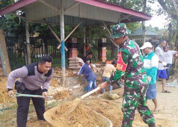 Babinsa Koramil 0907/01 Tartim Serka Joko Sutopo bersama warga binaannya,membangun pos keamanan lingkungan. Foto : Doc Babinsa Koramil 0907/01 Dim 0907/Trk