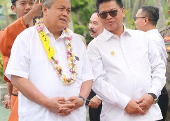 SINERGITAS : Gubernur Kaltara, Dr H Irianto Lambrie saat menjemput Gubernur BI Perry Warjiyo di Bandara Juwata Tarakan, Jumat (14/2). Foto : Humas Pemprov Kaltara