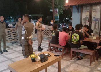 PATROLI COVID : Jajaran Satpol PP Provinsi Kaltara berpatroli di tempat-tempat umum di Tanjung Selor sejak Sabtu (21/3/2020) sebagai upaya pencegahan penularan wabah Covid-19. Foto : Humas Provinsi Kalimantan Utara