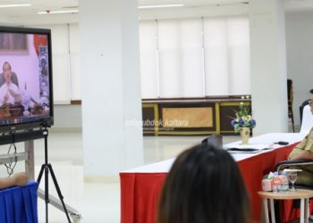 LAWAN CORONA : Gubernur Kaltara, Dr H Irianto Lambrie saat melakukan vicon dengan Presiden RI Joko Widodo, Selasa (24/3) pagi terkait penanganan pandemi COVID-19 di Indonesia. Terkait hal itu, sebelumnya Gubernur juga sempat meninjau ruang isolasi pasien COVID-19 RSUD Tarakan. Foto : Humas Provinsi Kaltara