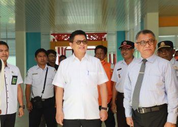 KESIAPAN : Gubernur Kaltara, Dr H Irianto Lambrie saat meninjau kesiapan Pelabuhan Tengkayu I untuk antisipasi penyebaran COVID-19, baru-baru ini. Foto : Humas Provinsi Kaltara