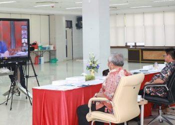 VIDEO CONFERENCE : Gubernur Kaltara, Dr H Irianto Lambrie saat mengikuti rakor bersama Menko Bidang Kemaritiman dan Investasi RI yang dilakukan melalui video conference, Minggu (29/3). Foto : Humas Provinsi Kaltara