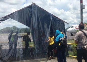 DESINFEKTAN : Setiap penumpang pesawat di Bandara Tanjung Harapan harus melewati bilik desinfektan untuk mengantisipasi penyebaran COVID-19. Foto : Humas Provinsi Kaltara