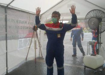FM Pertamina Tarakan Field Agung Wibowo Mencoba Bilik Penyemprotan Disinfektan. poto: fokusborneo.com