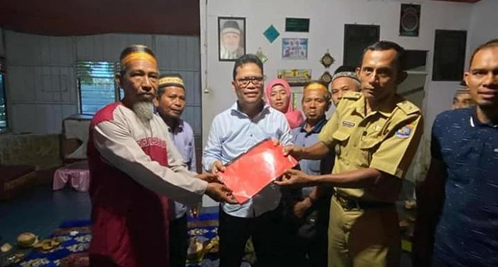 Anggota DPD RI Hasan Basri Terima Berkas Persoalan Lahan Pantai Amal Dari Masyarakat. poto: Istimewa
