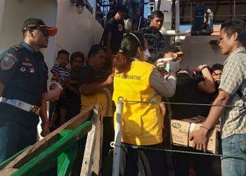 Cegah Corona, Penumpang KM Sabuk Nusantara di Periksa Petugas. Poto: KSOP Kelas III Tarakan