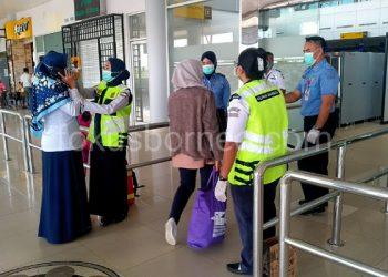 Petugas Cek Suhu Badan Penumpang di pintu Masuk Bandara Tarakan. Poto: fokusborneo.com