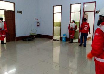 PMI Tarakan Semprot Disinfektan di Markas PMI Tarakan, poto: fokusborneo.com